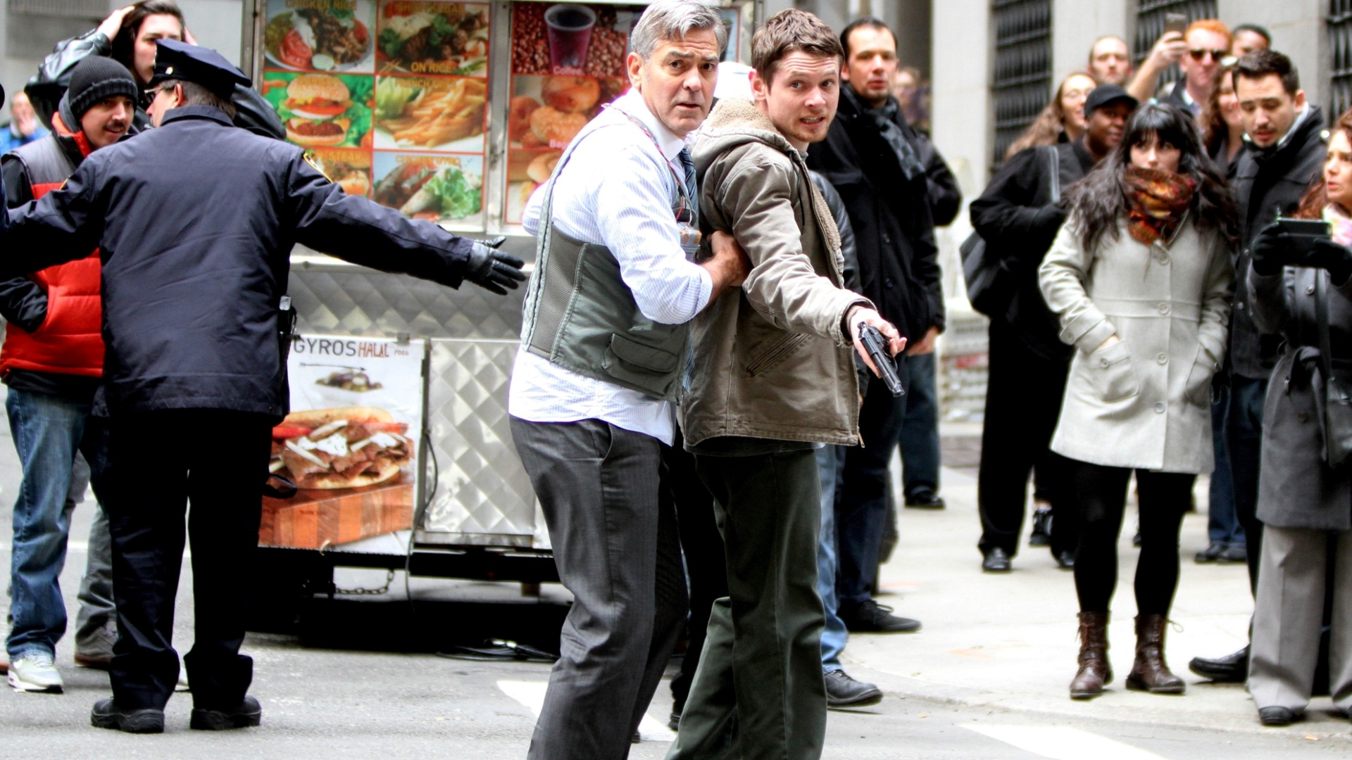 24abr2015---o-ator-george-clooney-grava-cenas-do-filme-money-monster-em-wall-street-em-nova-york-1429992353331_1920x1080