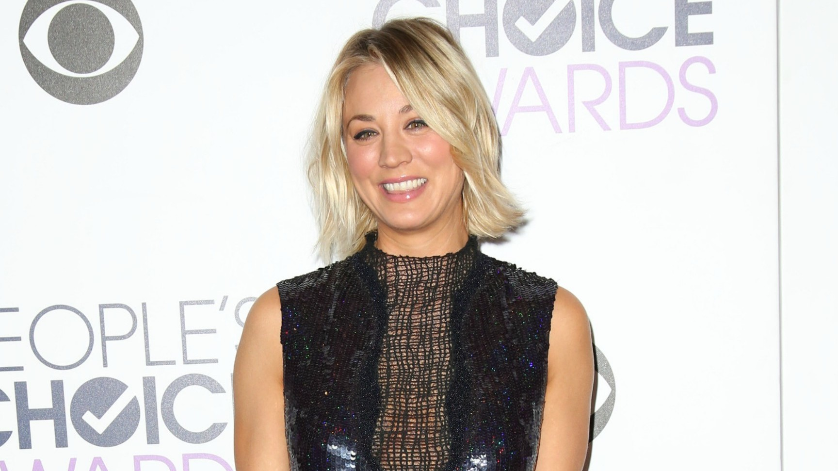 kaley-cuoco-gets-cozy-with-johnny-galecki-at-peoples-choice-awards-photos